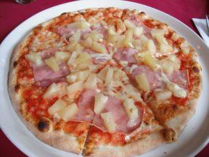 Pizza hawaïenne au jambon ananas et sauce tomate
