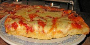 Pizza aux patates douces, poulet et mozzarella