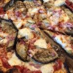 Pizza bergère (Aubergine, chèvre, lardons, miel)
